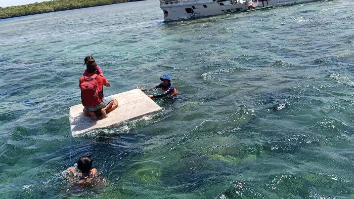EVAKUASI: Tim Ditpolairud Polda NTB evakuasi penumpang kapal yang kandas di perairan Gili Sulat, Selasa (10/11/2020).