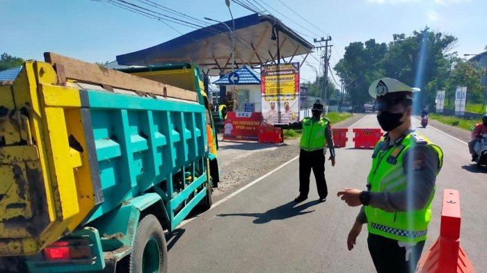 PENYEKATAN: Tim gabungan Polisi-TNI melakukan penyekatan di wilayah Kota Mataram dan Lombok Barat, Rabu (14/7/2021).