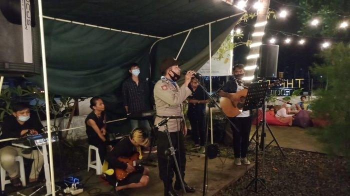 PROKES: Tim patroli Polsek Praya menegur pengelola rumah makan di Praya, Lombok Tengah, Senin (15/3/2021) malam.