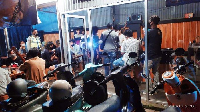 RAZIA: Tim Polsek Mataram razia tempat tongkrongan yang buka di atas jam 22.00 Wita.