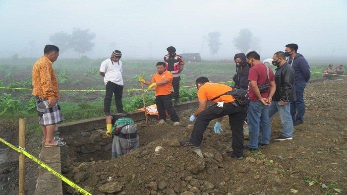 PENGGALIAN MAYAT: Tim Sat Reskrim Polres Lombok Tengah menggali pondasi rumah yang berisi mayat perempuan MA, di Desa Pengembur, Lombok Tengah, Kamis (3/12/2020).