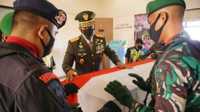 JENAZAH PRAJURIT: Upacara penerimaan Jenazah Kapten Chb Anumerta Dirman, saat tiba di Bandara Sultan Muhammad Salahuddin Bima, Sabtu (4/9/2021).(Dok. Korem 162/WB)