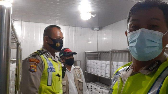 PENJAGAAN: Petugas mengecek kondisi gudang penyimpanan vaksin Covid-19 di kantor Dinas Kesehatan NTB, Rabu (9/6/2021). (Dok. Polresta Mataram)