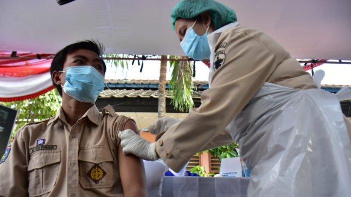 VAKSINASI: Salah seorang siswa SMAN 4 Mataram menerima suntikan vaksin Covid-19, Jumat (10/9/2021).