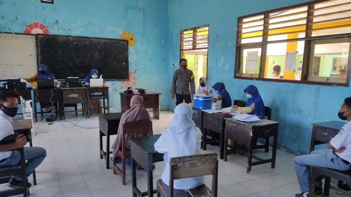VAKSINASI: Suasana vaksinasi COVID-19 yang dilakukan di Kabupaten Sumbawa Barat, Senin (11/10/2021).(Dok. Polres KSB)