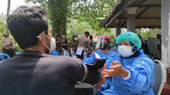 VAKSINASI: Warga mendapatkan suntikkan vaksin di kawasan Senggigi Lombok Barat, Jumat (10/9/2021).Dok. Polres Lobar