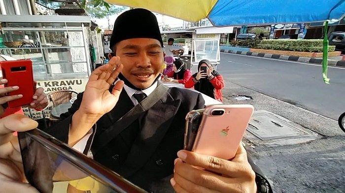 Pedagang Cilok di Mataram Video Call dengan Sandiaga Uno, Dijanjikan Bantuan Modal hingga Jas Baru
