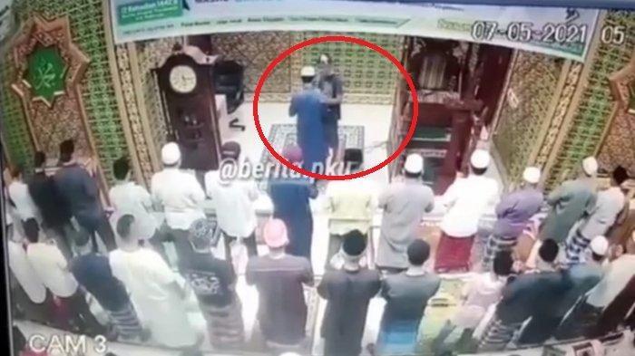 VIRAL Video Detik-detik Pria Tampar Imam Masjid yang Sedang Mengimami Salat, Begini Nasib Pelaku