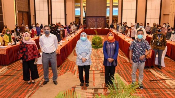 PEMBUKAAN: Wakil Gubernur Provinsi NTB Dr Hj Sitti Rohmi Djalilah (tiga dari kiri) saat menghadiri forum koordinasi perlindungan anak, di Hotel Golden Palace, Kamis (19/11/2020)
