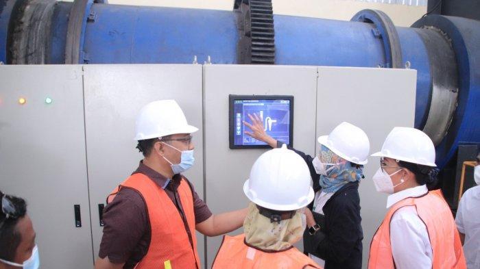 Gubernur NTB Zulkieflimansyah meninjau pabrik pemusnah limbah B3 di Sekotong, Lombok Barat, Senin (13/9/2021).