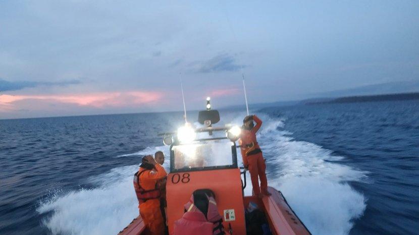 tim-pos-sar-sumbawa-saat-melakukan-upaya-evakuasi-3-orang-nelayan.jpg