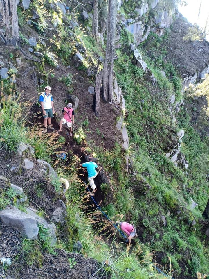 Tim Balai TNGR saat melakukan survei dan perbaikan jalur pendakian Gunung Rinjani Pascagempa 2018 silam.