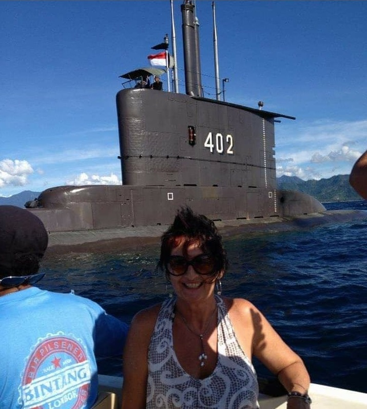 TURIS: Seorang turis perempuan berpose dengan latar kapal selam KRI Nanggala-402 di kawasan perairan Gili Trawangan, tahun 2013.