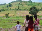 anak-anak-di-kabupaten-dompu-provinsi-ntb-melihat-ke-arah-hutan-gundul.jpg