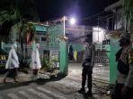 anggota-polres-sumbawa-berjaga-di-masjid-di-kabupten-sumbawa.jpg