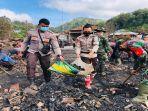 anggota-polri-dan-tni-membantu-warga-membersihkan-puing-puing-bekas-kebakaran-di-baturotok.jpg