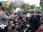 demonstran-berunjuk-rasa-menolak-omnibus-law-uu-cipta-kerja-di-kota-surabaya.jpg