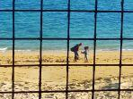 dua-orang-anak-menawarkan-gelang-khas-lombok.jpg