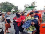 evakuasi-jasad-bocah-tewas-terseret-saluran-air-di-praya.jpg