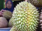 hj-misnah-penjual-durian-di-desa-pusuk-lestari-lombok-barat.jpg