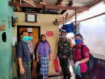 keluarga-harapan-petugas-menempelkan-label-kpm-pkh-pada-rumah-warga-di-provinsi-ntb.jpg