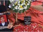 kesedihan-istri-pramugara-korban-sriwijaya-air-sj-182.jpg