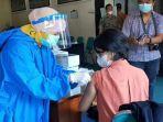para-pekerja-pariwisata-diberikan-suntikan-vaksin-covid-19.jpg