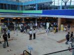 para-penumpang-sedang-cekin-tiket-di-bandara-internasional-lombok.jpg