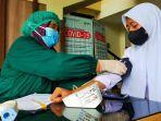 para-siswa-di-kota-mataram-mendapatkan-suntikan-vaksin.jpg
