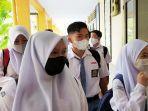 para-siswa-sman-1-mataram-menggunakan-masker-saat-hendak-pulang-sekolah.jpg