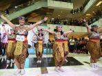 penari-berpakaian-tradisional-indonesia-menari-dalam-acara-indonesia-menari-2019.jpg