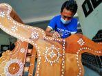 pendi-salah-seorang-pengrajin-di-lombok-craft.jpg