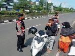 pengendara-sepeda-motor-di-kota-praya-lombok-tengah-dalam-pemeriksaan-prokes-covid-19.jpg