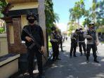 penjagaan-polisi-bersenjata-lengkap-berjaga-jaga-di-gerbang-markas-polda-ntb.jpg
