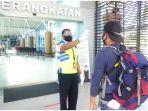 petugas-bandara-lombok-memeriksa-calon-penumpang-saat-hendak.jpg