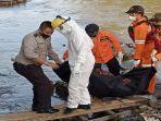 petugas-basarnas-mataram-dan-tim-gabungan-mebgevakuasi-asad-ntri-yang-ditemukan-di-sungai-jangkok.jpg