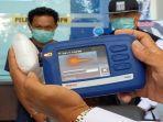 petugas-bnn-provinsi-ntb-menguji-barang-jenis-sabu-yang-dibawa-kurir-dari-pekanbaru.jpg