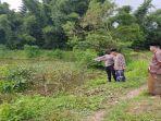 petugas-kepolisian-bersama-keluarga-meninjau-lokasi-penemuan-mayat-bocah-malang-di-lombok-tengah.jpg