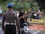 petugas-memeriksa-pengendara-motor-di-beberapa-titik-cek-poin-di-lombok-barat.jpg