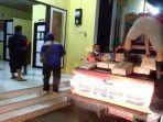 petugas-mendistribusikan-bantuan-kepada-korban-banjir-di-sumbawa.jpg