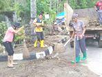 petugas-pemkab-lombok-barat-membersihkan-sisa-sisa-banjir-di-kawasan-senggigi.jpg
