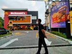 petugas-security-berjaga-jaga-di-depan-outlet-mcdonalds-di-jalan-sriwijaya.jpg