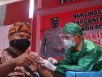 petugas-vaksin-menyuntikkan-vaksin-covid-1.jpg