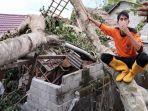 rumah-warga-rusak-tertimpa-pohon-tumbang-di-kabupaten-lombok-timur.jpg