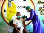 salah-seorang-asn-menerima-suntikan-vaksin-covid-19-di-rsj-mutiara.jpg