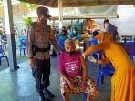 seorang-lansia-mendapat-suntikan-vaksin-di-wilayah-polresta-mataram.jpg