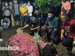 suasana-pemakaman-chacha-sherly-di-tpu-aspol-wage-1-di-kecamatan-taman-sidoarjo.jpg