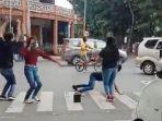 tangkapan-layar-video-aksi-sekelompok-muda-mudi-yang-viral-lantaran.jpg