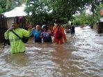 tim-basarnas-mataram-membantu-evakuasi-korban-banjir.jpg