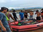 tim-sar-gabungan-bersama-warga-mengevakuasi-mayat-nelayan-di-perairan-langgudu.jpg